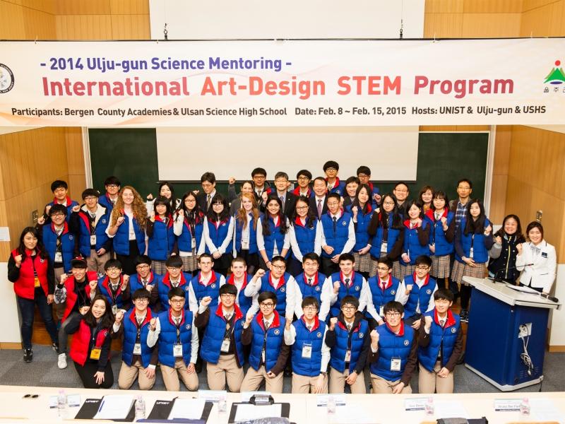 9일 오전 10시 UNIST 경영관 111호에서 'Art-Design STEM Program' 입소식이 열렸다. 이 프로그램에는 미국 BCA 고교생 13명과 울산과학고 학생 26명이 참석한다. 전체 참가자들이 모여 단체사진을 촬영했다.