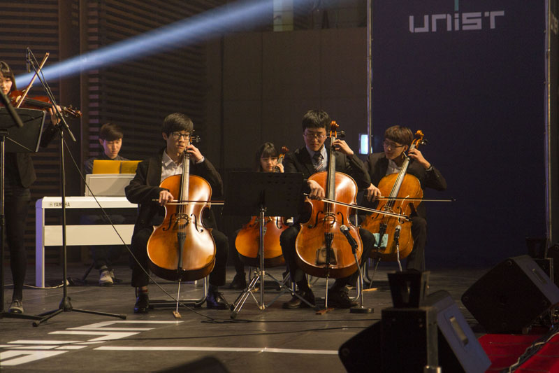 "The UNIST Chamber Orchestra club ""CZARDAS"" is performing to create a welcoming environement for freshmens in the UNIST Gymnasium on Thursday, February 26, 2015. [Photo Credit: Studio Ingam]"