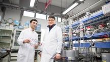 백종범 교수(우)와 자비드 마흐무드(Javeed Mahmood, 좌)가 실험실에서 그래핀 모형을 들고 있다. 백 교수는