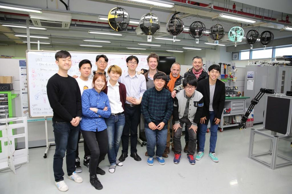 14일 제1공학관 505B 연구실에 프랑스 다큐멘터리 제작팀이 촬영차 방문했다. 촬영을 마친 배준범 교수팀과 다큐팀이 기념 사진을 촬영했다.
