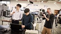 배준범 교수(왼쪽)가 자신이 개발한 특수장갑에 대해 설명하는 사이 프랑스 다큐멘터리 제작사 촬영감독이 로봇손과 장갑을 찍고 있다.