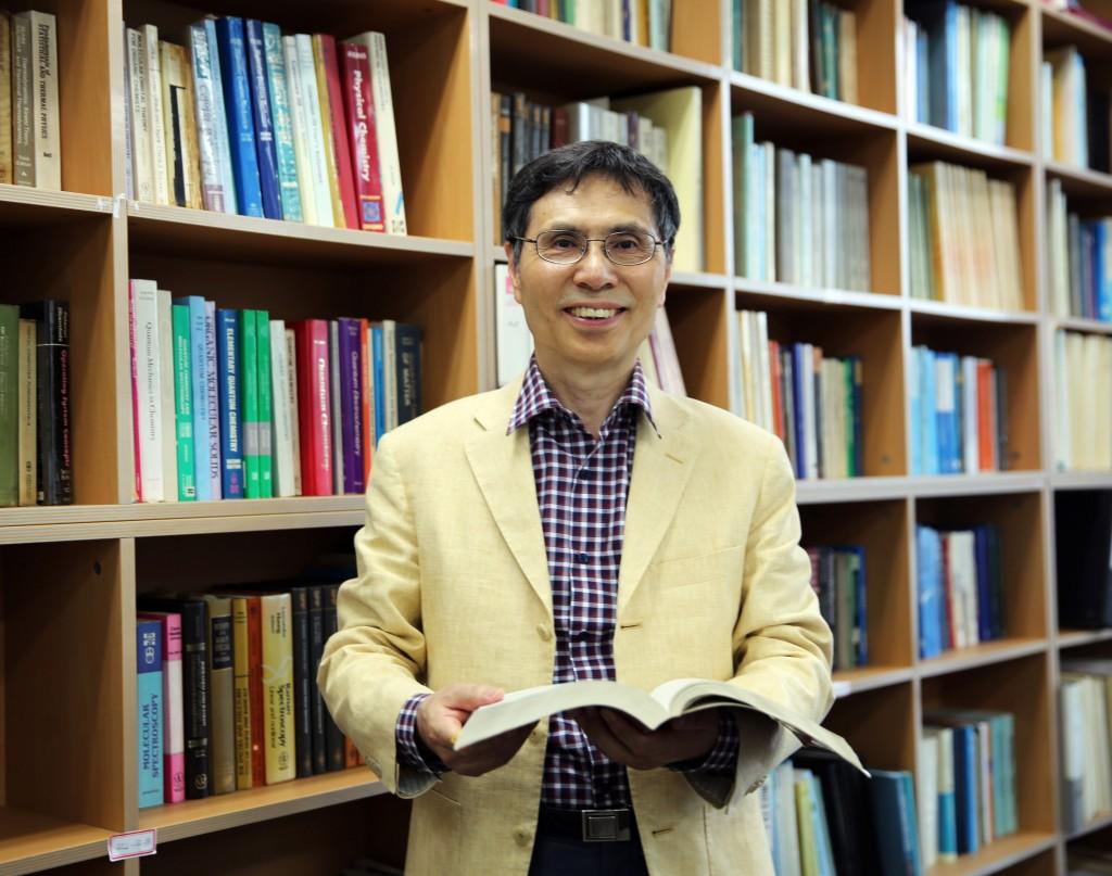 김광수 UNIST 자연과학부 교수가 자신의 연구실에서 포즈를 취했다. 국가과학자인 그는 h-인덱스 75를 기록하고 있으며, 2011년 말 세계 화학자 500인에 선정되기도 했다.