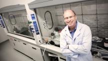 로드니 루오프(Rodny S. Ruoff) UNIST 자연과학부 교수가 실험실에서 활짝 웃고 있다. 그는 최근 자신의 논문 100편이 100회 이상 인용됐다고 밝혔다.