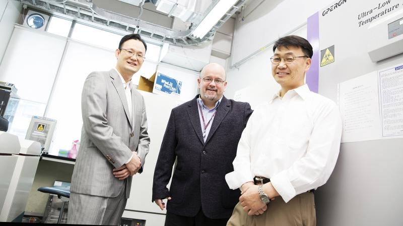 슈퍼박테리아 치료제 개발에 나선 UNIST 연구진의 모습. 왼쪽부터 남덕우, 미첼,김철민 교수다.