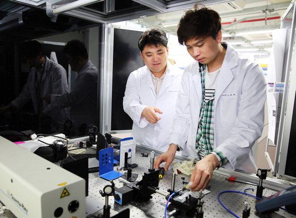 송명훈 교수(맨 왼쪽)가 이보람 연구원과 연구 장비를이용해 연구 중이다