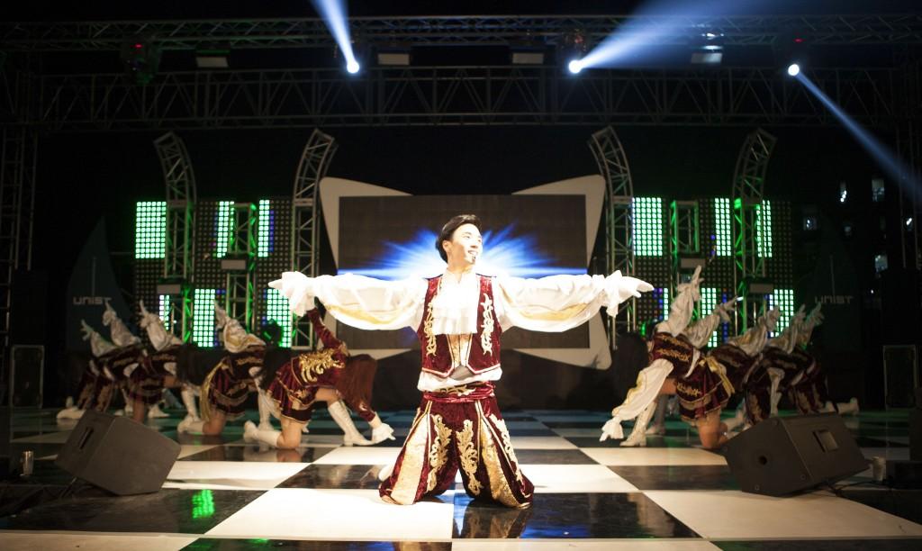 UNIST의 응원 동아리인 '유니크'가 응원 공연을 선보이고 있다. 절도 있는 동작으로 관객들의 마음을 사로잡았다. /사진: 스튜디오 인감-정영광