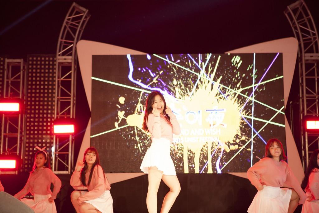 UNIST 댄스 동아리인 '유턴)'이 다양한 곡에 맞춘 춤을 선보였다. 화려한 몸짓과 칼 같은 군무로 많은 호응을 얻었다. /사진: 스튜디오 인감-정영광