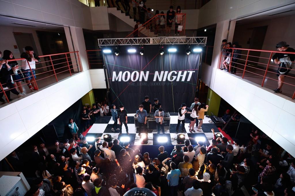 8일 오후 8시부터 학생회관에서 열린 전야제 행사인 '문 나잇(Moon Night)'의 모습이다. 이 행사가 열리는 날이면 학생회관은 여느 때와 다른 청춘의 열기로 가득 찬다. ./사진: 스튜디오 안감-나동현