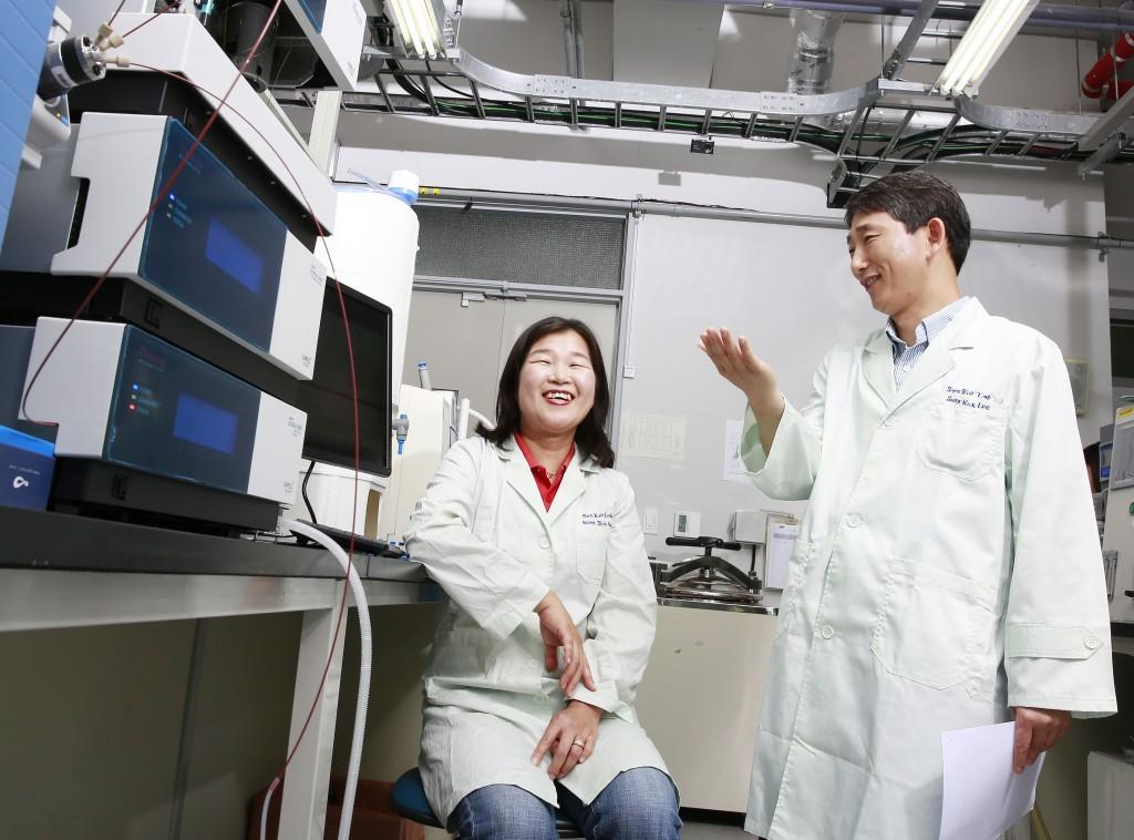 이성국 교수와 유영신 연구원이 새로 만든 '슈퍼 미생물'에 대해 의견을 나누고 있다. 두 사람 왼쪽으로 대장균 등 미생물의 유전자를 분석하는 장비가 보인다.