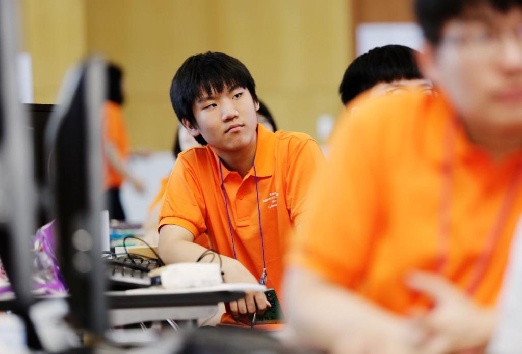 캠프 참가자가 슈퍼컴퓨터를 운영할 프로그램을 설계하는 과정에 대해 주의깊게 듣고 있다.