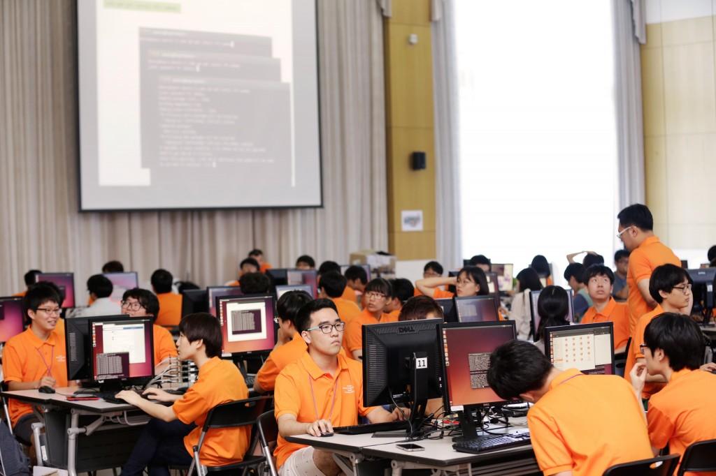 이번 캠프에서는 병렬식 컴퓨터에 대한 이해를 돕는 강연과 실습이 병행됐다.