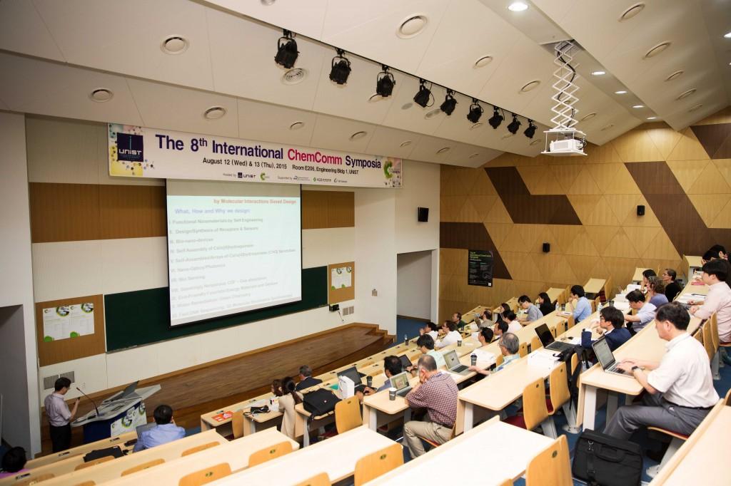 김광수 UNIST 자연과학부 교수가 '제8회 켐컴 심포지아'의 첫번째 연사로 나서 발표하고 있다.