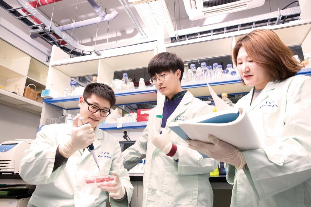생명과학부 학생들이 실험실에서 토론하고 있다. |UNIST 자료 사진