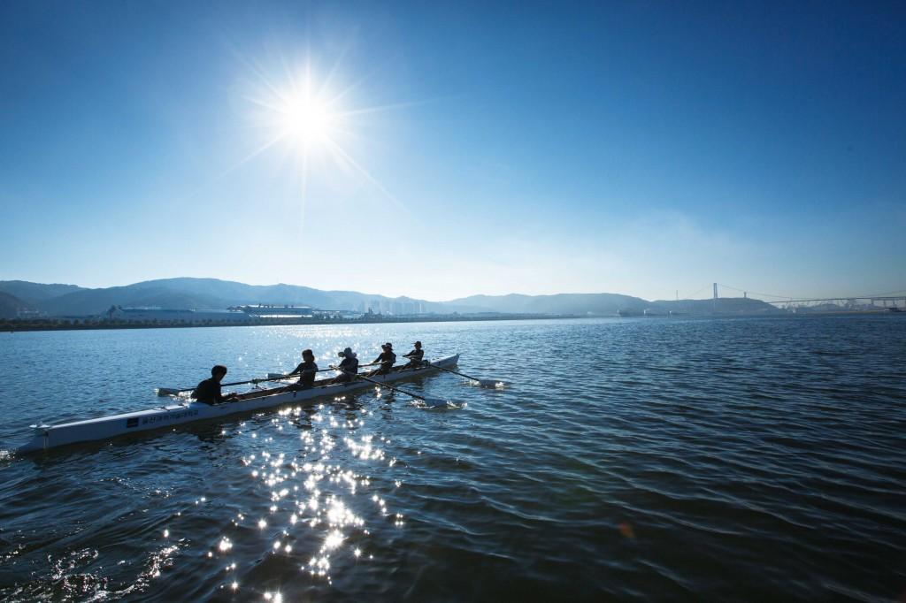 막 동이 트는 시간, UNIST 조정부 학생들이 바닷물의 향기가 배어있는 태화강으로 나갔다.  | 사진: 안홍범