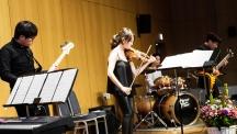 8일 저녁 UNIST 본관 4층 경동홀에서 'UNISTRA 개관식 및 콘서트'가 열렸다. 이종은 교수(가운데)를 비롯한 단원들이 밴드 공연을 선보이고 있다. | 사진: 김경채