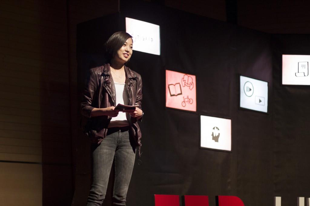 책 여행자, 김미라 씨는 머리로만 생각하던 것을 실행에 옮기는 '살아 있는 경험'에 대해 이야기했다. | 사진: 제5회 TEDxUNIST 운영진