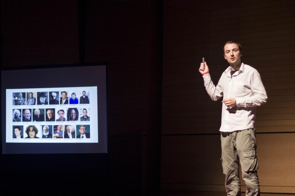 네덜란드 디자이너인 크리스티안 보어(Christian Boar)가 자신이 '디슬렉스체'를 개발한 이야기를 하고 있다. | 사진: 제5회 TEDxUNIST 운영진