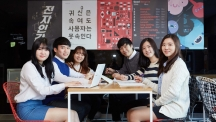 이승재 학생(왼쪽 두 번째)이 16학번 후배들을 위한 메시지를 전했다. 이승재 학생은 UNIST 학생홍보대사인 UNI로도 맹활약하는 인물이다.