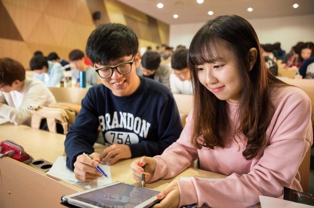 개방형 문제를 받은 학생들은 친구들과 의논하며 문제 해결책을 찾는다. | 사진: 안홍범