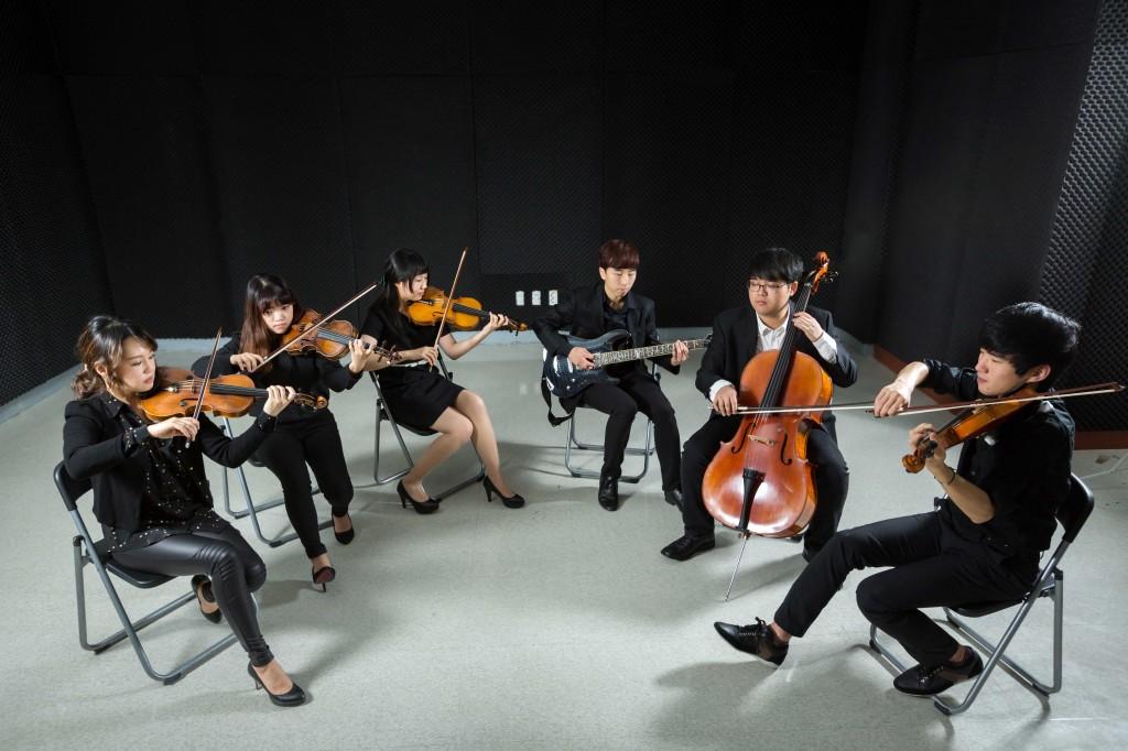 대학본부 지하 1층에 마련된 UNISTRA의 연습실에서 단원들이 악기 연습을 하고 있다. 이 연습실은 지난 9월 UNIST 공식 오케스트라로 출범하면서 얻은 귀한 공간이다. | 사진: 안홍범