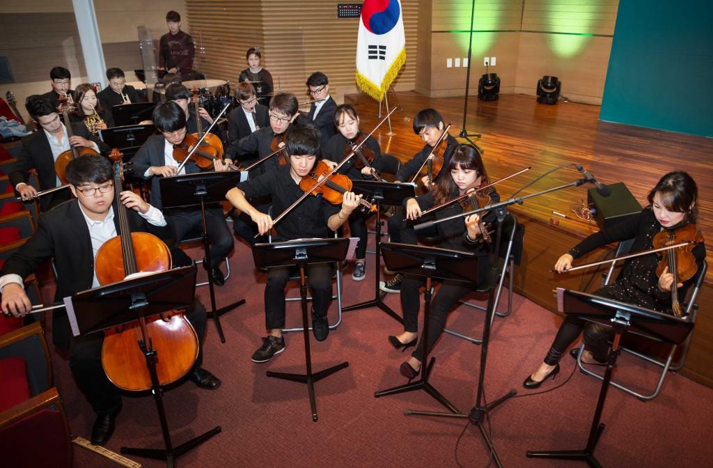 울산과학기술원 출범식이 시작되기 전 UNISTRA 단원들이 연주를 시작했다. 이들의 음악은 행사가 매끄럽게 진행되도록 돕는 중요한 역할을 했다. | 사진: 안홍범