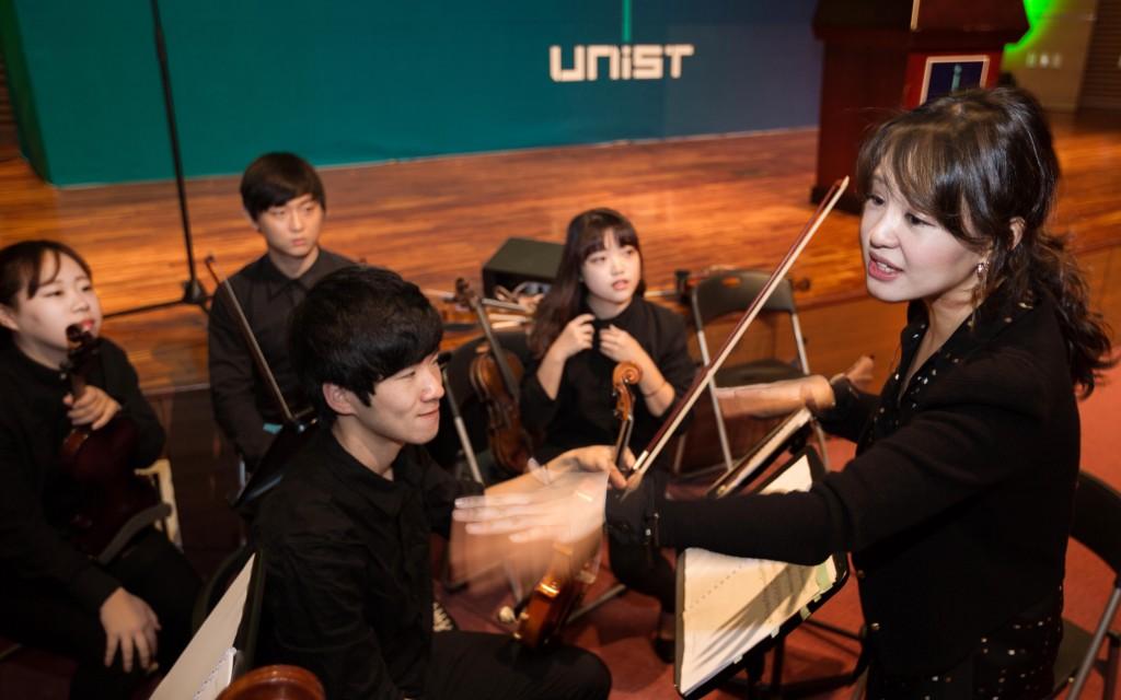 UNISTRA 단장인 이종은 교수가 울산과학기술원 출범식에서 지휘를 하고 있다. | 사진: 안홍범