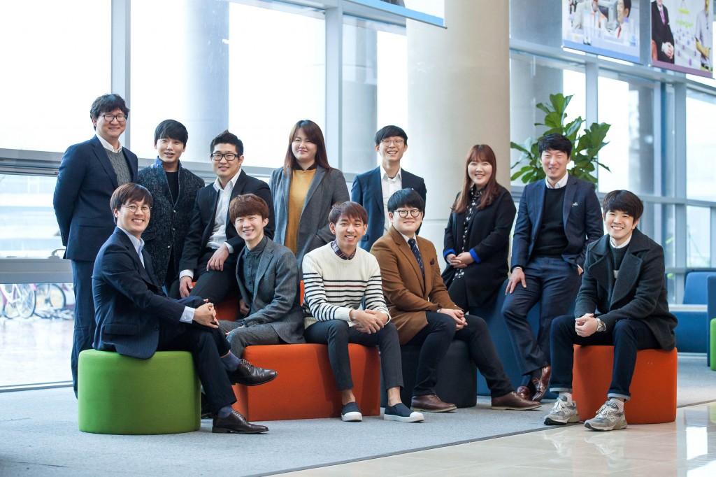 김건태 교수의 연구실 사람들이 공학관 로비에서 활짝 웃고 있다. | 사진: 이서연
