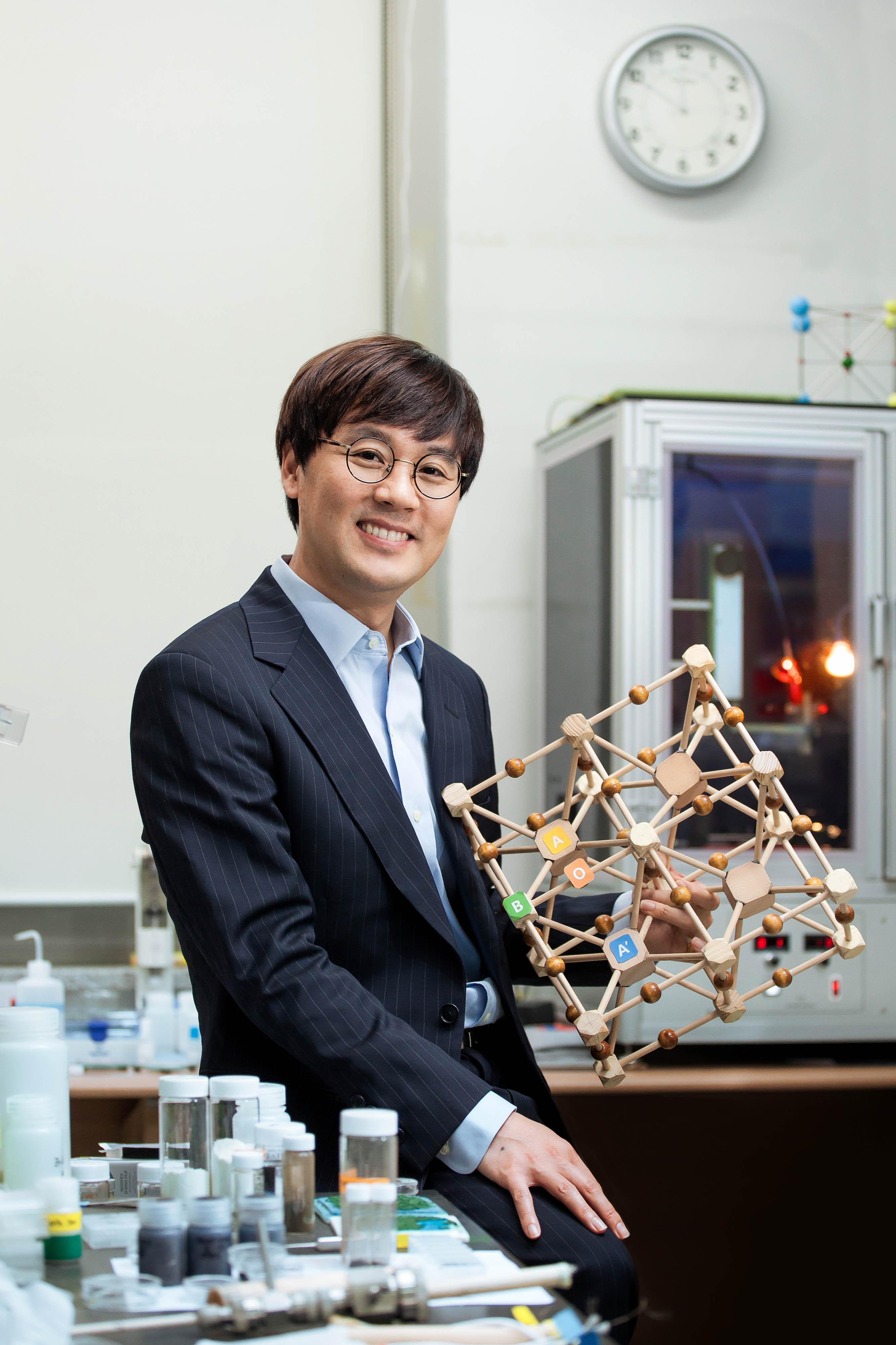 김건태 교수가 자신의 페로브스카이트 모형을 손에 들고 미소짓고 있다. | 사진: 이서연