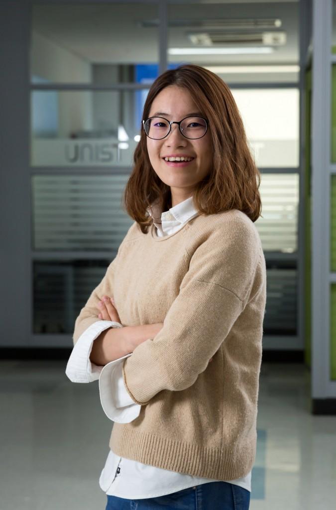 제2공학관 실험실 앞에서 포즈를 취한 윤희인 학생의 모습. | 사진: 안홍범