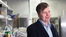 바르토즈 지보브스키 교수가 자신의 실험실에서 미소 짓고 있다. 폴란드 출신인 그는 한국 생활에 만족하며 새롭고 도전적인 연구에 매진 중이다.   사진: 김경채