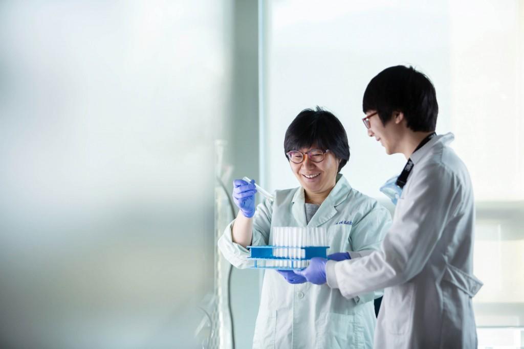 임미희 교수가 제자와 함께 실험 결과에 대해 의논하고 있다. 그녀는 UNIST라는 환경이 새로운 발상을 할 수 있게 도와줬다고 전했다. | 사진: 안홍범