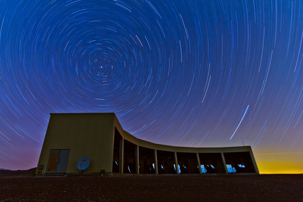 미국 유타 사막에 설치된 텔레스코프 어레이 실험 장치의 모습. 입자검출장치가 1.2km 간격으로 넓은 지역에 펼쳐져 있고, 건물 내부에 망원경 여러 대가 세 지점에서 입자검출장치를 둘러싸는 형태로 설치돼 하늘을 관측한다. | 미국 유타대 제공