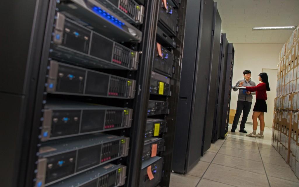 학술정보관 서버실에 구축된 서버들의 모습. 이들을 기반으로 본체 없이 운영되는 제로 클라이언트를 구현했다. | 사진: 김경채