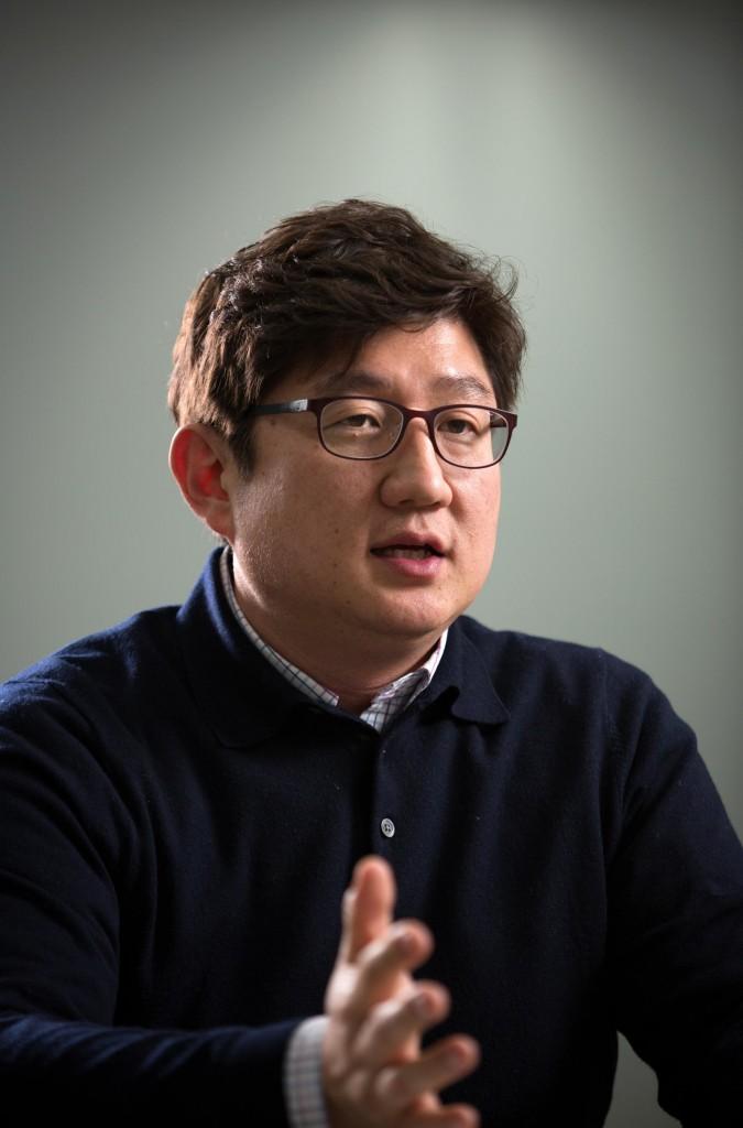 신흥주 교수가 자신이 개발한 공중부유형 나노와이어 센서에 대해 소개하고 있다. | 사진: 안홍범
