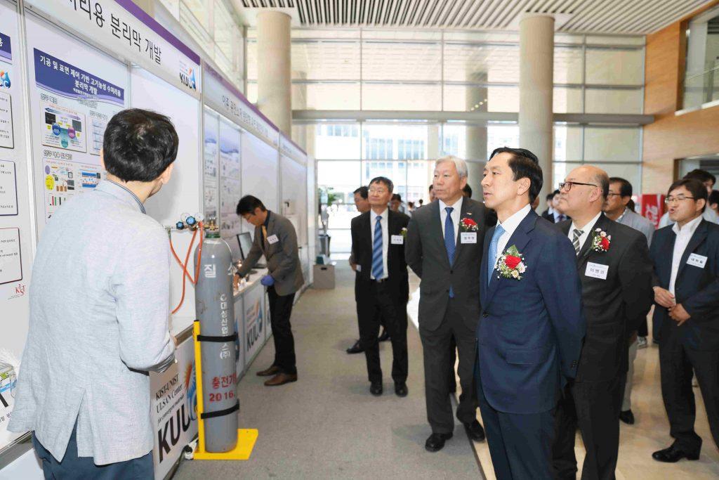 KUUIC의 사업성과 발표회를 둘러보는 정무영 UNIST 총장, 김기현 울산시장
