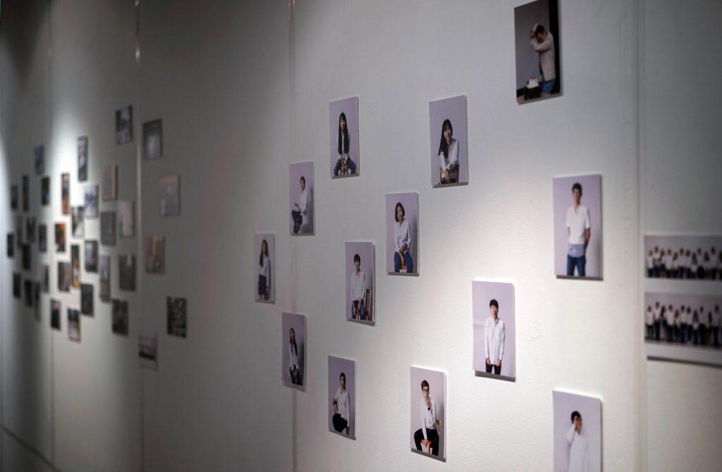 서울 루미나리에 갤러리(서초구 서초대로 70길)에 마련된 DHE 졸업전시회장의 입구. 작품을 전시한 학생들의 얼굴이 벽면을 장식하고 있다.