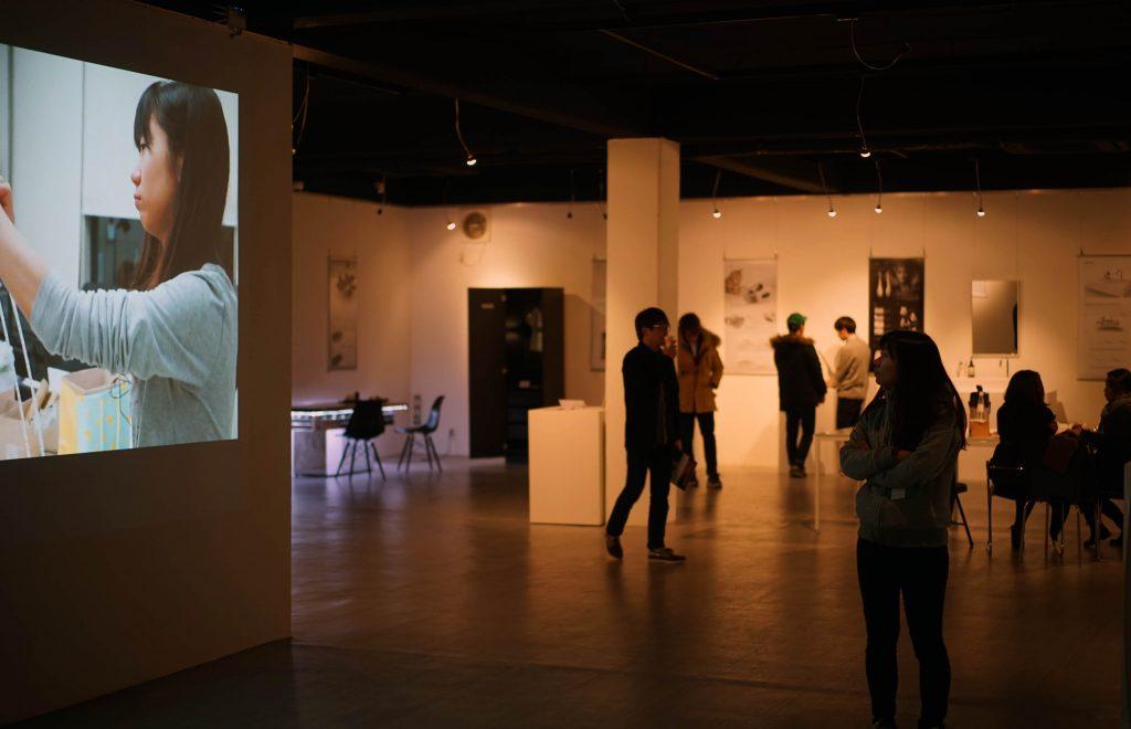 대형 스크린을 통해서는 학생들이 작품을 만드는 과정이 공개됐다.