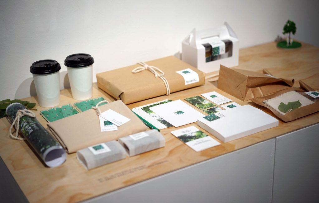 카페 물푸레는 미혼모를 위한 물푸레 사회복지재단에서 기금 마련과 직업 교육, 주민들의 문화 공유의 목적으로 운영하는 카페다. 부족한 디자인 및 마케팅 인력을 대신하여, 브랜드 아이덴티티(BI) 디자인을 시작으로 카페의 전반적인 디자인 컨설팅 프로젝트다. BI는 초록에서 파랑으로 바뀌는 색상은 '물푸레 나무'의 원래 이름이 물푸레 나뭇잎을 물에 넣었을 때 파래진다 하여 붙은 이름과 같이, 사회를 푸르게 하고자 하는 모습을 조금씩 변화하는 모습으로 표현하였고, 그 모양은 나무 그늘에서 올려다 보았을 때의 모습이다.