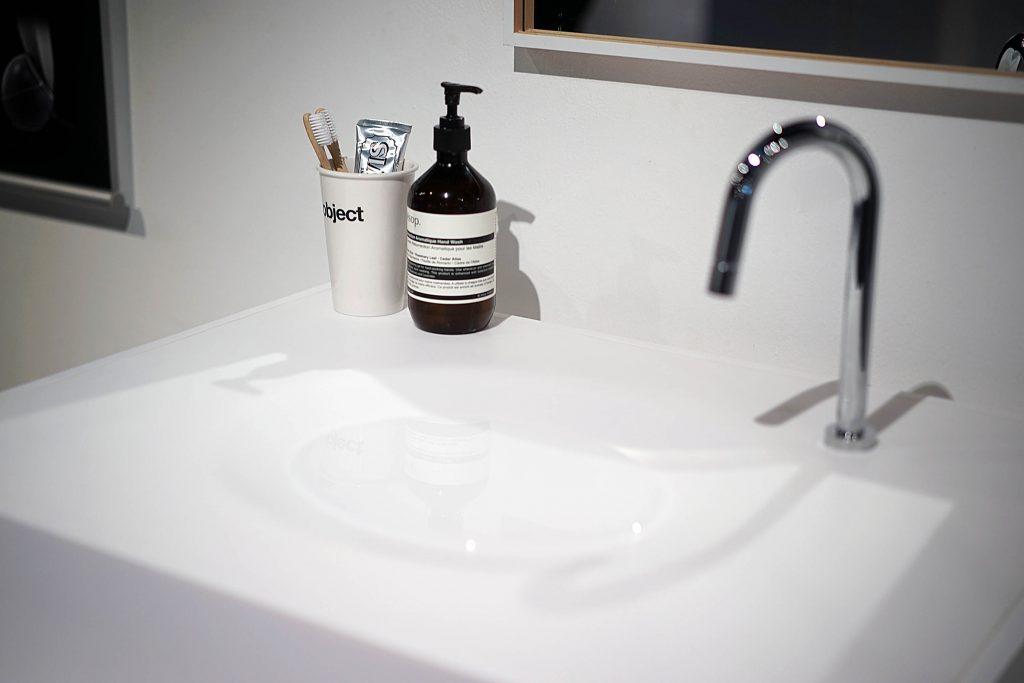김재희 학생의 Deeeep Wash. 대부분의 사람들은 물을 받아서 세수를 할 때 고인 물이 더러워지는 불편함 때문에, 배수구를 열어놓은 체 물을 틀어놓고 세안을 해 많은 양의 물이 낭비된다. Deeeep wash은 물풍선에서 모티브를 얻어, 사용자가 세안 시에 원하는 양만큼의 물만 쓸 수 있게 만들어 물을 낭비하지 않으면서, 세안의 편리함은 고스란히 유지한 세면대 디자인이다.