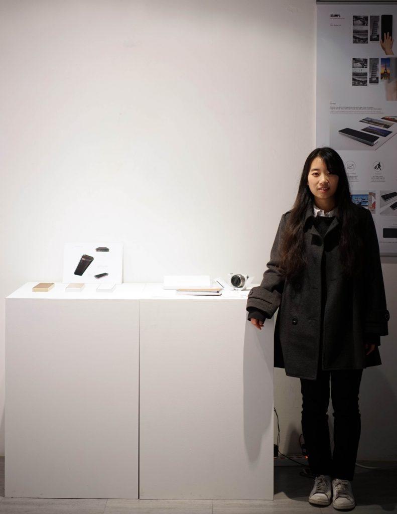 Stampo라는 작품을 제작한 김경진 학생이 기념 사진을 촬영했다.