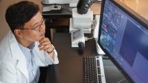 명경재 생명과학부 특훈교수가 자신의 연구실에서 연구결과를 살펴보고 있다. IBS 유전체항상성연구단을 이끌고 있는 그는 최근 특정 원인으로 생기는 암을 잡을 수 있는 물질을 발견하는 데 성공했다. | 사진: 안홍범