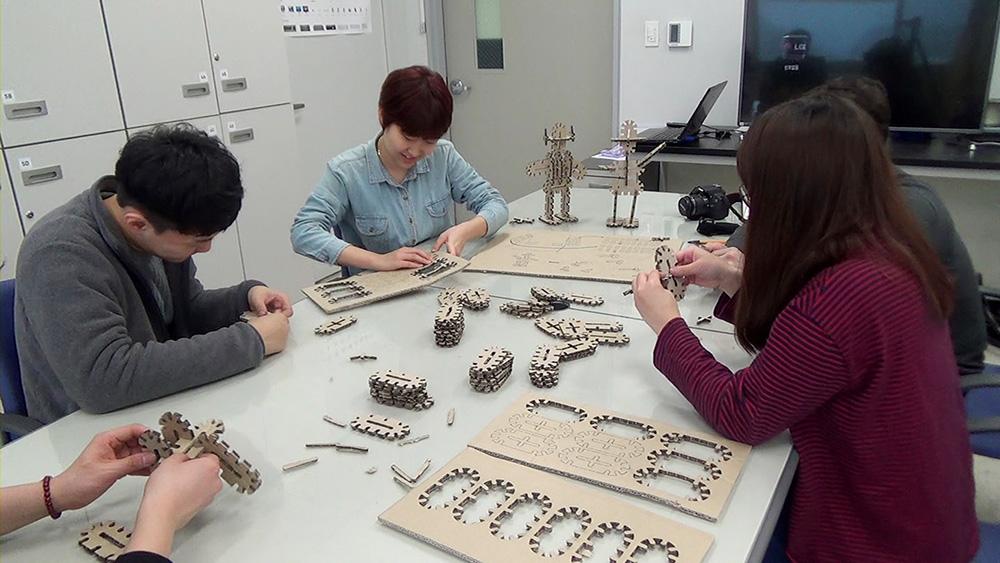 블록 조각은 쉽게 뜯어낼 수 있도록 만들어졌으며, 이를 조립하면 손쉽게 장난감을 만들 수 있다. || 사진: 제임스 셀프 교수팀 제공