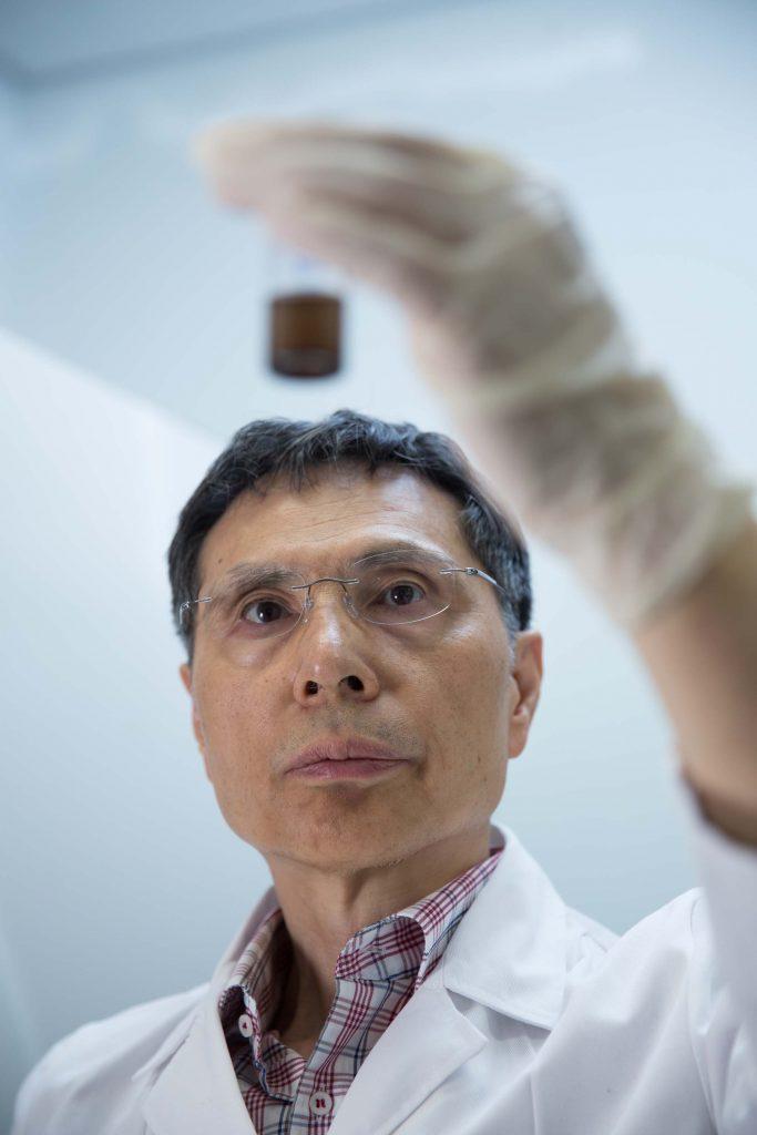 김광수 교수가 물에 담긴 산화그래핀의 분산 상태를 살펴보고 있다. 그는 그래핀을 이용해 초기능성 물질 및 소자를 설계, 개발하여 새로운 과학 현상에 대한 연구를 수행하고 있다. | 사진: 안홍범