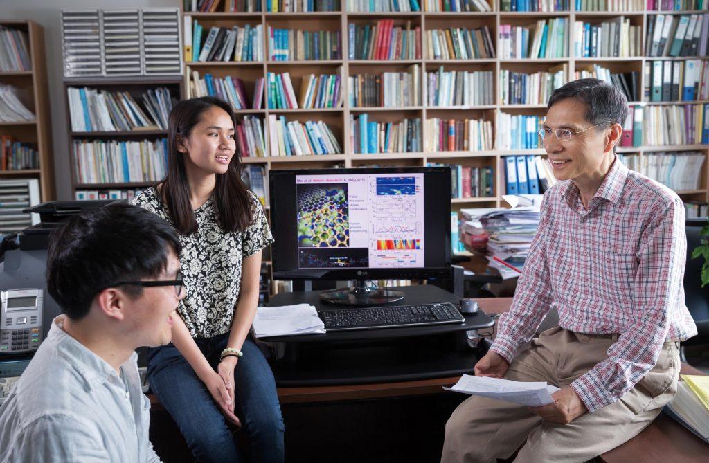 2. 김광수 교수가 제자들과 함께 유전자 해독에 관한 전산실험 결과를 보며 향후 연구 방향에 대해 논의하고 있다. | 사진: 안홍범