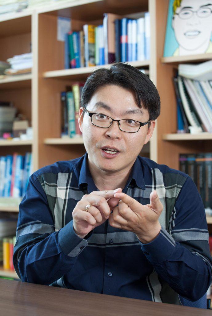 고현협 교수가 자신의 연구실에서 전자피부를 비롯한 생체모방 센서에 대해 설명하고 있다. | 사진: 아자스튜디오 이서연