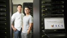 곽상규 교수(좌)와 케스터 왕 박사(우)가 UNIST 슈퍼컴퓨팅센터에서 촬영했다. 이번 연구는 슈퍼컴퓨터를 활용해 그래핀 나노리본을 정교한 모델링한 덕분에 가능했다. | 사진: 김경채
