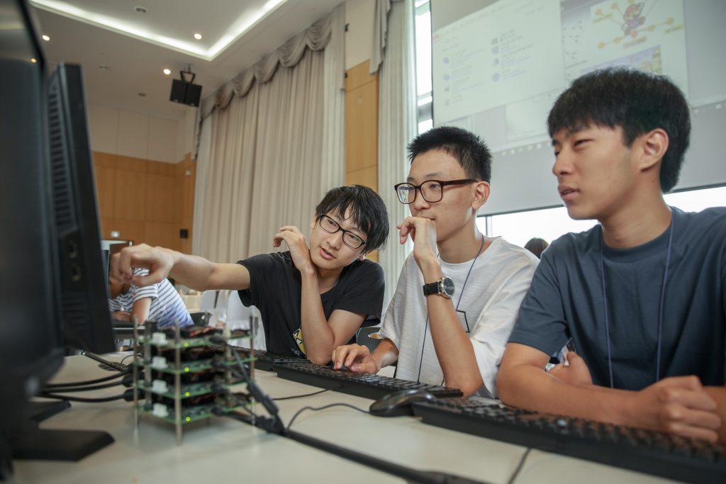 캠프에 참가한 학생들은 3명씩 한 팀을 이뤄 슈퍼컴퓨터에 관한 각종 과제를 풀어냈다. 학생들 앞에는 스스로 조립한 병렬식 컴퓨터가 놓여 있다. | 사진: 김경채