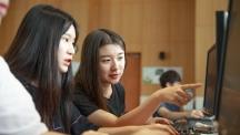 제2회 국가슈퍼컴퓨팅 청소년 캠프에 참가한 파주여고 학생들이 슈퍼컴퓨팅 관련 과제를 위해 의논하고 있다. | 사진: 김경채