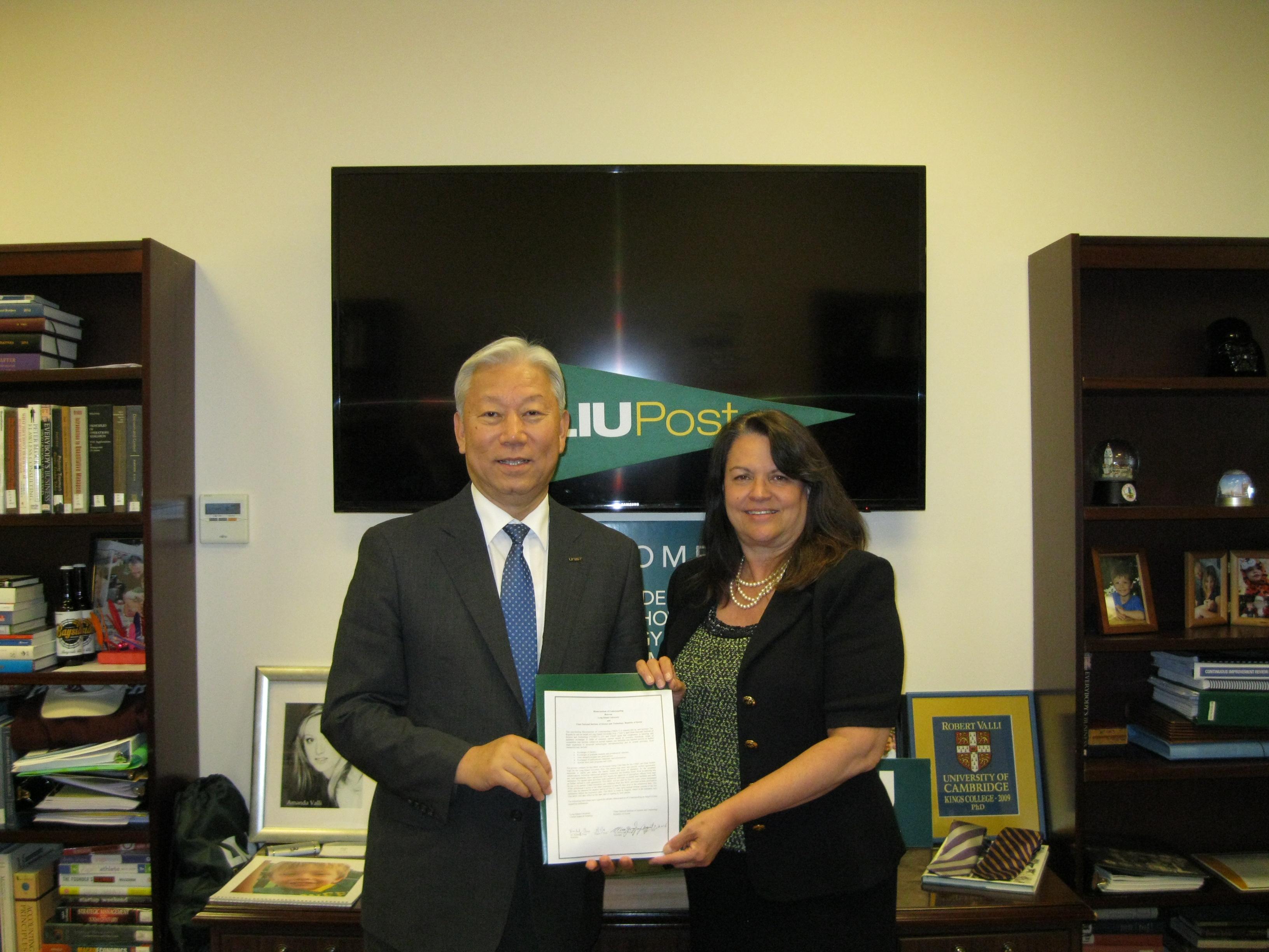 정무영 총장과 Kimberly R. Cline LIU 총장이 MOU를 체결했다.
