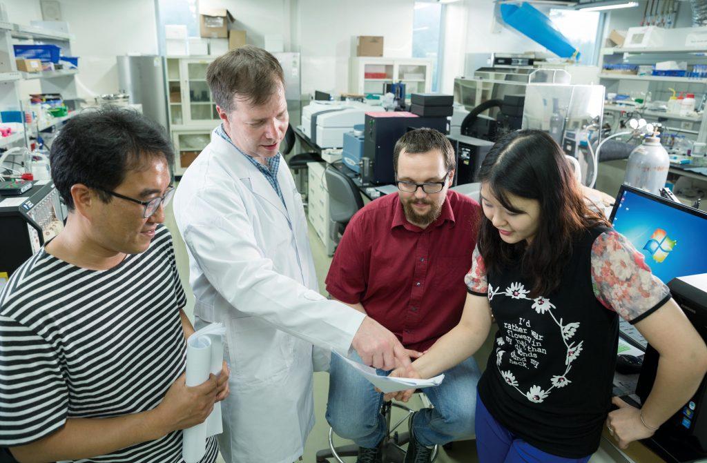 진행 중인 연구에 대해 논의하고 있는 바르토즈 지보브 교수팀의 모습. 그의 연구팀에는 한국인과 폴란드 인 등 다양한 국적의 구성원이 모여 있다. | 사진: 안홍범